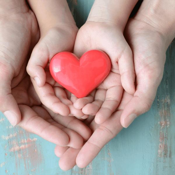lahjakortti jossa kädet ja sydän